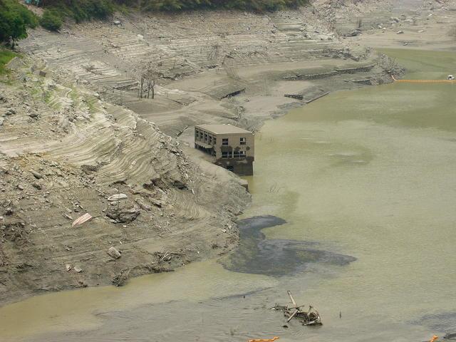 渇水の早明浦ダム: 千鳥足のゆく...